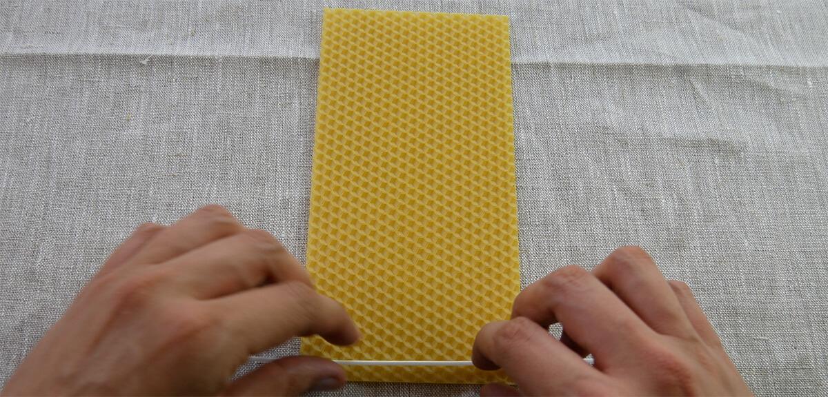 Kerze aus Bienenwachsplatten selber machen