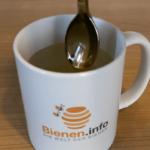 Honig in Tasse geben