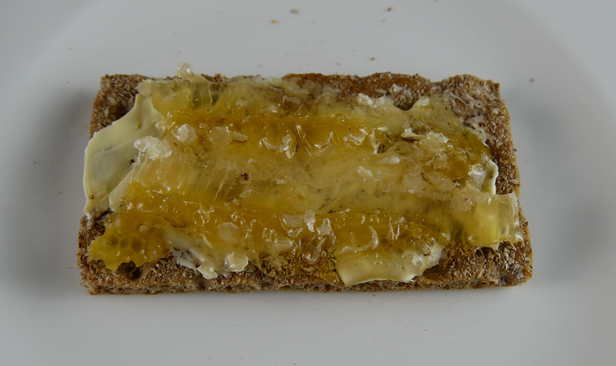 Wabenhonig auf dem Brot