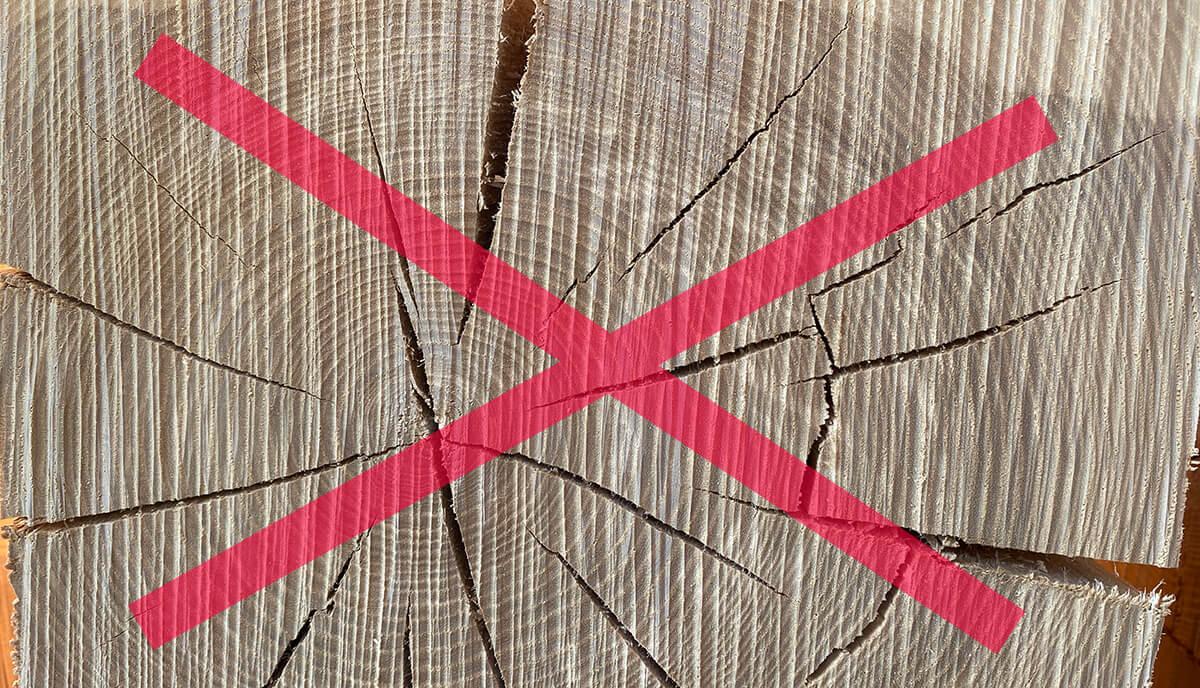 Holz mit Rissbildung