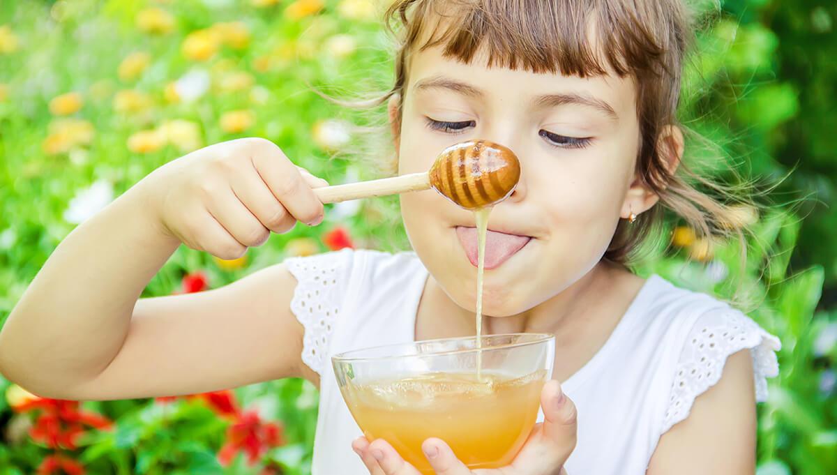 Kind isst Honig